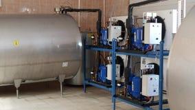 Equipo en la granja para leche del ` s de la vaca del proceso, el almacenar y del enfriamiento, produciendo la leche del ` s de l almacen de video