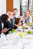 Equipo en la reunión de almuerzo de negocios en restaurante Imágenes de archivo libres de regalías