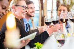 Equipo en la reunión de almuerzo de negocios en restaurante Imagen de archivo libre de regalías