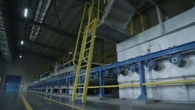 Equipo enorme en almacenamiento vacío de la fábrica almacen de metraje de vídeo