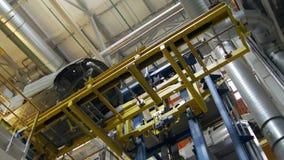 Equipo enorme para las carrocerías y los detalles móviles en talleres de la fábrica auto, subiendo y bajando metrajes
