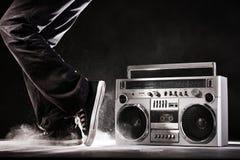Equipo estéreo portátil, polvo retro y bailarín del ghetto aislados en negro con cl Fotografía de archivo libre de regalías