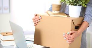 Equipo feliz de empresarios que mueven la oficina, cajas de embalaje, sonriendo imagenes de archivo