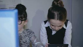 Equipo feliz de pequeños profesionales creativos, trabajando en una oficina ligera almacen de metraje de vídeo