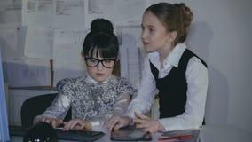 Equipo feliz de pequeños profesionales creativos, trabajando en una oficina ligera almacen de video