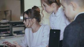 Equipo feliz de profesionales creativos jovenes, trabajando en una oficina ligera almacen de metraje de vídeo