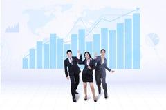 Equipo feliz del negocio con el gráfico del crecimiento Fotografía de archivo libre de regalías