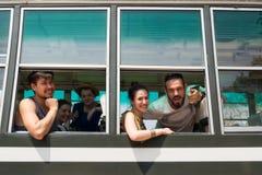Equipo feliz en un autobús en Harmony World Puppet Festival 2017 en Kan Imagenes de archivo