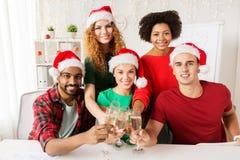 Equipo feliz que celebra la Navidad en las fiestas en la oficina Imagenes de archivo
