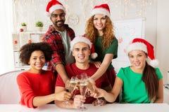 Equipo feliz que celebra la Navidad en las fiestas en la oficina Imágenes de archivo libres de regalías