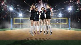 Equipo femenino del voleibol que celebra la victoria imagen de archivo
