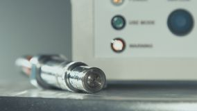 Equipo fresco de alta tecnología del plasma Ciérrese encima del cable con el conector de acero almacen de video