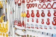 Equipo, ganchos y cadenas de elevación fotos de archivo