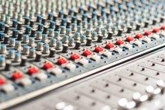 Equipo grande del mezclador de sonidos en estudio foto de archivo libre de regalías