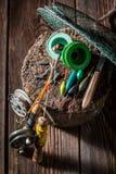 Equipo hecho a mano del pescador con las moscas, los flotadores y las barras Foto de archivo
