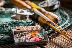 Equipo hecho a mano del pescador con las moscas y las barras de la pesca Fotografía de archivo