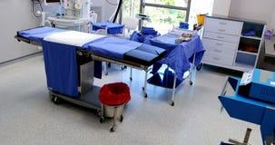 Equipo, herramientas y aparatos médicos en sala de operaciones moderna almacen de metraje de vídeo