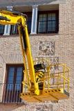 Equipo hidráulico de la plataforma contra el edificio Imagen de archivo