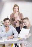 ¡Equipo ideal del negocio que va para el éxito! imagen de archivo