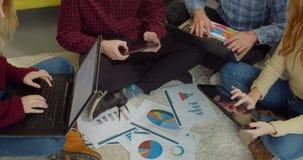 Equipo independiente creativo que trabaja en inicio en casa almacen de video