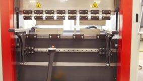 Equipo industrial - automatice la máquina en la fábrica, vista delantera almacen de metraje de vídeo