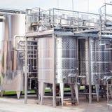 Equipo industrial tecnológico moderno de la fábrica del vino Fotografía de archivo