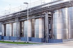 Equipo industrial tecnológico moderno de la fábrica del vino Fotos de archivo libres de regalías