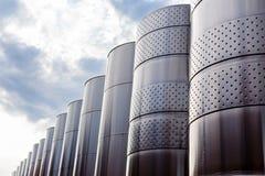 Equipo industrial tecnológico moderno de la fábrica del vino grande Foto de archivo libre de regalías