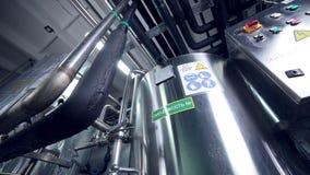 Equipo industrial tecnológico moderno Tuberías, bombas, filtros, indicadores, sensores, motores el tanque en la sustancia química almacen de metraje de vídeo