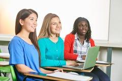 Equipo interracial de la muchacha que trabaja con el ordenador portátil Imagen de archivo libre de regalías