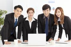 equipo joven acertado del negocio en oficina Fotografía de archivo libre de regalías