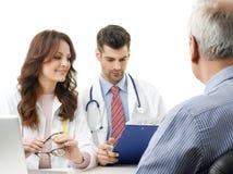 Equipo médico con el paciente mayor Fotos de archivo