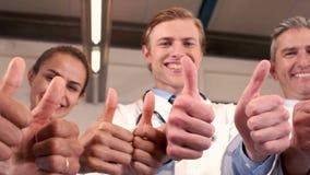 Equipo médico sonriente con los pulgares para arriba metrajes