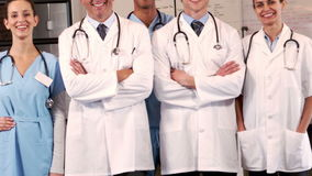 Equipo médico sonriente que se une almacen de metraje de vídeo