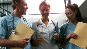 Equipo médico sonriente que va abajo de las escaleras metrajes