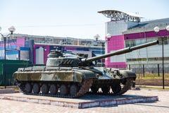Equipo militar en el monumento en honor de la memoria de la guerra, de los tanques y de los armas verdes en un d?a de verano clar fotos de archivo