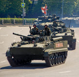 Equipo militar ruso Desfile en la ciudad Imagen de archivo