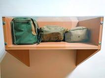 equipo militar tres en el escritorio de madera fotografía de archivo libre de regalías