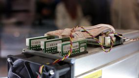 Equipo minero de Cryptocurrency - ASIC - circuito integrado específico a la aplicación en soporte de la granja en la expo o la ex almacen de metraje de vídeo