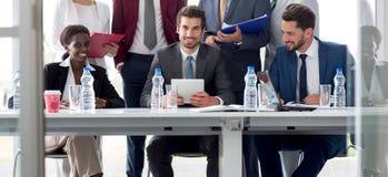Equipo multiétnico de empleados en la tabla foto de archivo