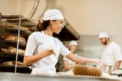 equipo multiétnico de panaderos que trabajan junto imágenes de archivo libres de regalías