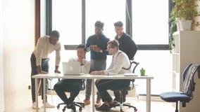Equipo multiétnico del negocio corporativo que divulga el jefe del departamento sobre los resultados del trabajo hecho metrajes