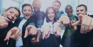 Equipo multi-étnico feliz del negocio con los pulgares para arriba en la oficina Imágenes de archivo libres de regalías