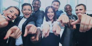 Equipo multi-étnico feliz del negocio con los pulgares para arriba en la oficina Imagenes de archivo