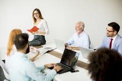 Equipo multirracial alegre del negocio en el trabajo en oficina moderna Foto de archivo