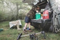 Equipo para acampar del fin de semana Aventuras de la pesca, pesca de la carpa imagen de archivo libre de regalías
