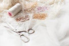 Equipo para coser el vestido de boda elegante Foto de archivo libre de regalías
