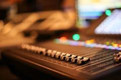 Equipo para el control del mezclador de sonidos en el canal de televisión del estudio, audio a foto de archivo