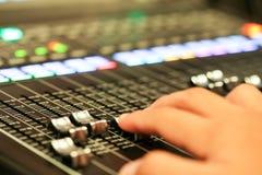 Equipo para el control del mezclador de sonidos en el canal de televisión del estudio, audio a imágenes de archivo libres de regalías