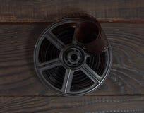 Equipo para el desarrollo de la película en la superficie de madera oscura Foto de archivo libre de regalías